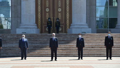 Президент Казахстана Касым-Жомарт Токаев, члены правительства, главы сената и мажилиса во время минуты молчания на площадь у Акорды.