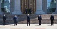 Президент Касым-Жомарт Токаев жана башка аткаминерлер Акорда резиденциясынын алдында коронавирус пандемиясынан каза болгондорду эскерди