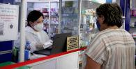 Продавец в аптеке во время рейдовых мероприятий по проверке цен на лекарственные препараты. Архивное фото