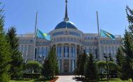 Приспущенные флаги у здания Акорды. Архивное фото