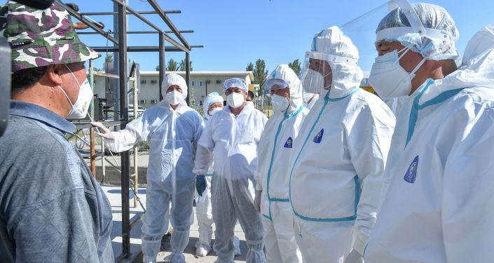 Премьер-министр Кыргызской Республики Кубатбек Боронов во время выездного совещания и ознакомления с работой обсервации Семетей (Ганси).