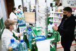 Мужчина в медицинской маске в аптеке. Архивное фото