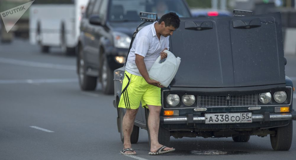 Мужчина у неисправного автомобиля. Архивное фото