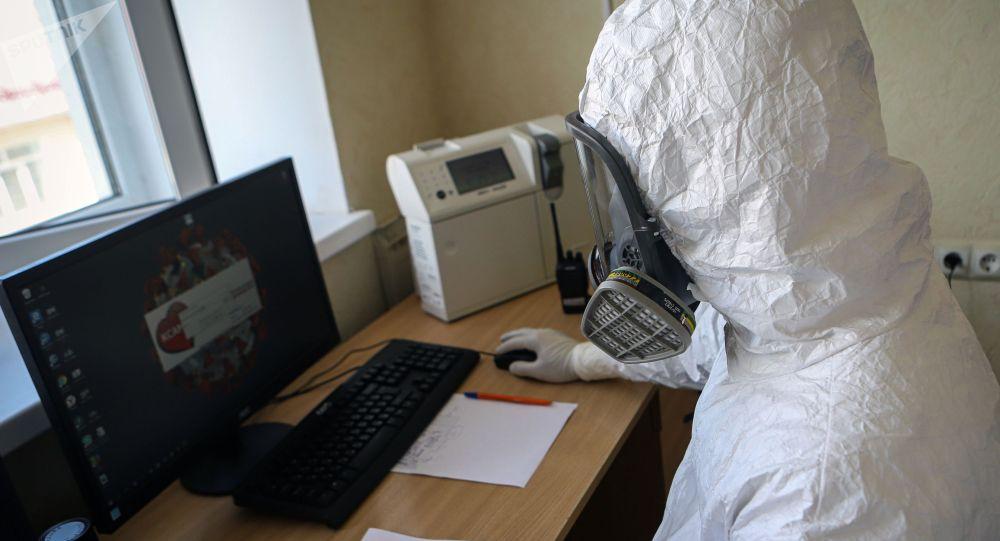 Медициналык кызматкер компьютер менен иштеп жатат. Архив