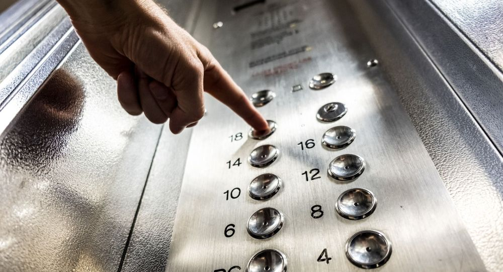 Лифт колдонгон киши. Архивдик сүрөт