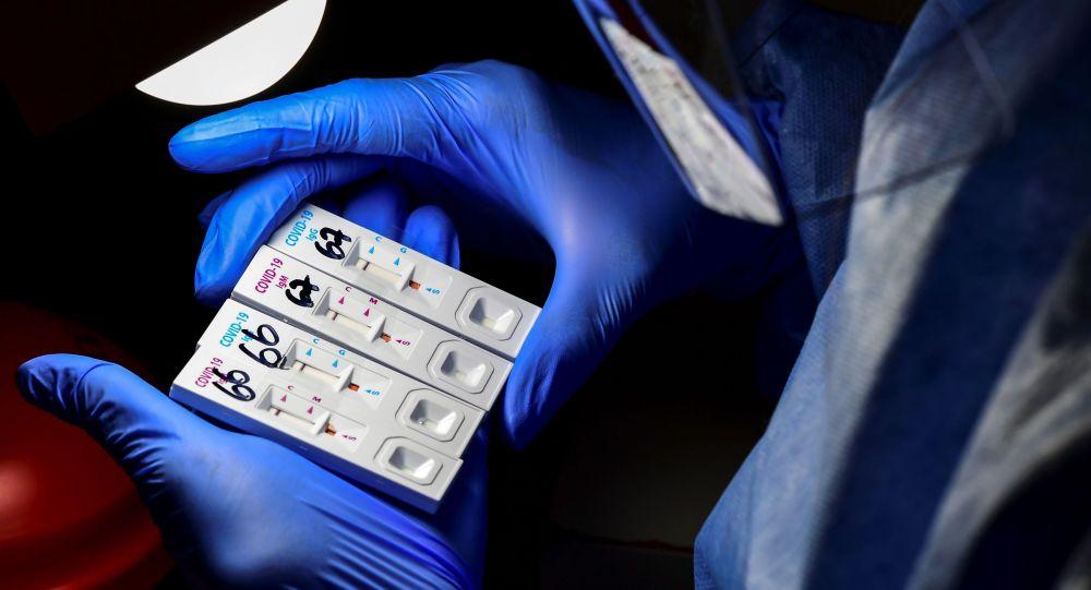 Медик COVID-19га кабылгандарды тест менен аныктоодо. Архивдик сүрөт