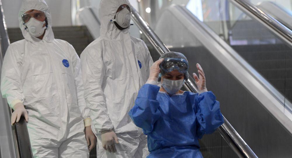 Медиктер Шереметьево аэропортунда. Архивдик сүрөт