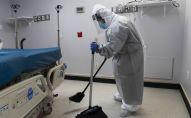 Медицинский работник делает уборку в палате больницы. Архивное фото