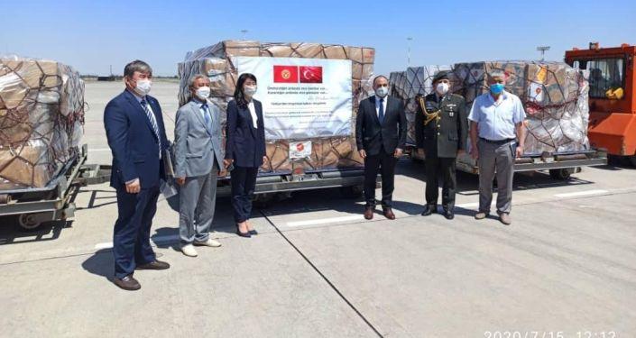 Самолет авиакомпании «Турецкие авиалинии» с гуманитарным грузом приземлился в Международном аэропорту «Манас» 15 июля 2020 года