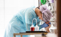 Медсестра помогает пациенту с Ковид-19. Архивное фото