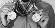 Москвадагы олимпиада чемпиону медалдары менен. Архивдик сүрөт