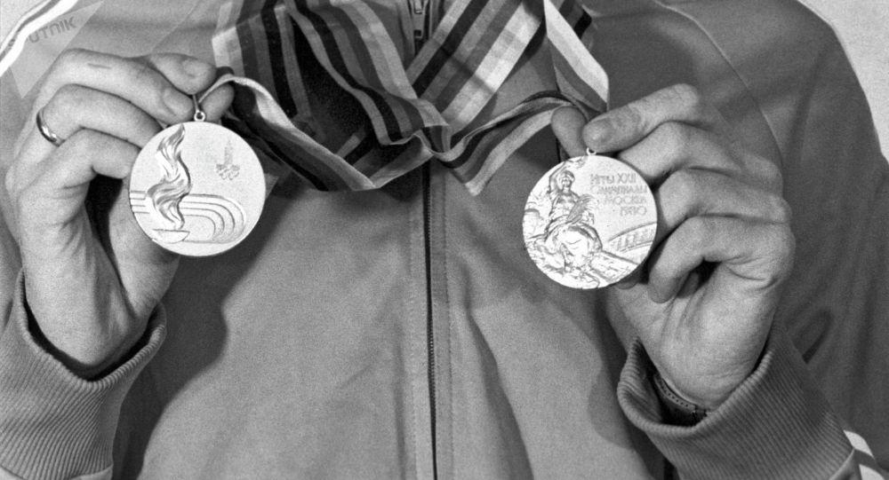 Олимпийский чемпион в беге на 400 метров и в эстафете 4х100 метров Виктор Маркин на XXII Олимпийских играх в Москве.