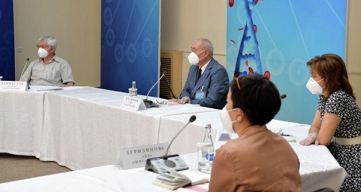 Известные специалисты КР в области здравоохранения во время встречи с президентом. 15 июля 2020 года