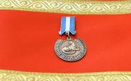 Медаль Эрдик на красном полотне. Архивное фото