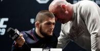 Президент UFC Дана Уайт (справа) беседует с чемпионом UFC в легком весе Хабибом Нурмагомедовым. Архивное фото