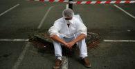 Медицинский работник, одетый в защитный костюм и маску для лица. Архивное фото