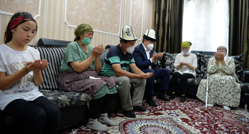Президент Кыргызской Республики Сооронбай Жээнбеков в доме семьи Адинай Мырзабековой. Архивное фото