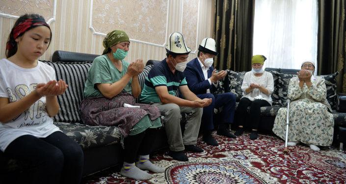 Президент Кыргызской Республики Сооронбай Жээнбеков навестил семью Адинай Мырзабековой. 16 июля 2020 года