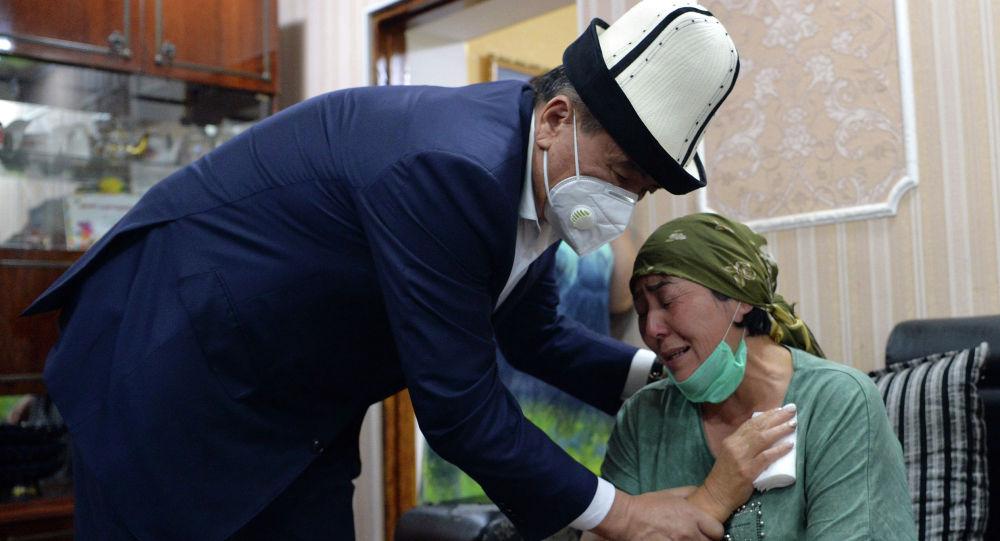 Президент Кыргызской Республики Сооронбай Жээнбеков навестил семью Адинай Мырзабековой