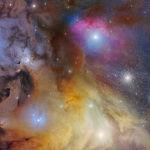 Этот потрясающий снимок сделал итальянец Марио Кого. Ему удалось запечатлеть тройную звезду, окруженную туманностью IC 4604. Также на снимке можно заметить сверхгигантскую звезду Антарес и одно из ближайших к Солнечной системе шаровых скоплений М4 (справа). На работу ушли две ночи. Снимок сделан в августе 2019 года.