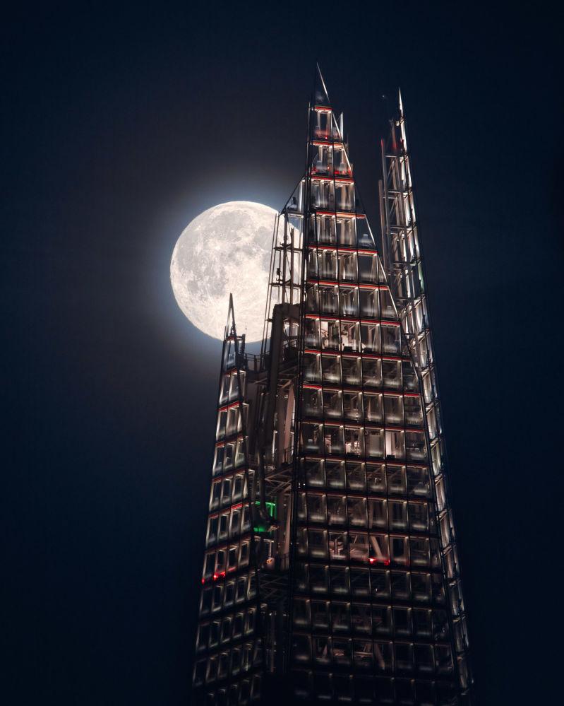 Британский фотограф Мэтью Браун снял легендарный лондонский небоскреб Шард на фоне полной Луны. Снимок удалось получить с третьей попытки.