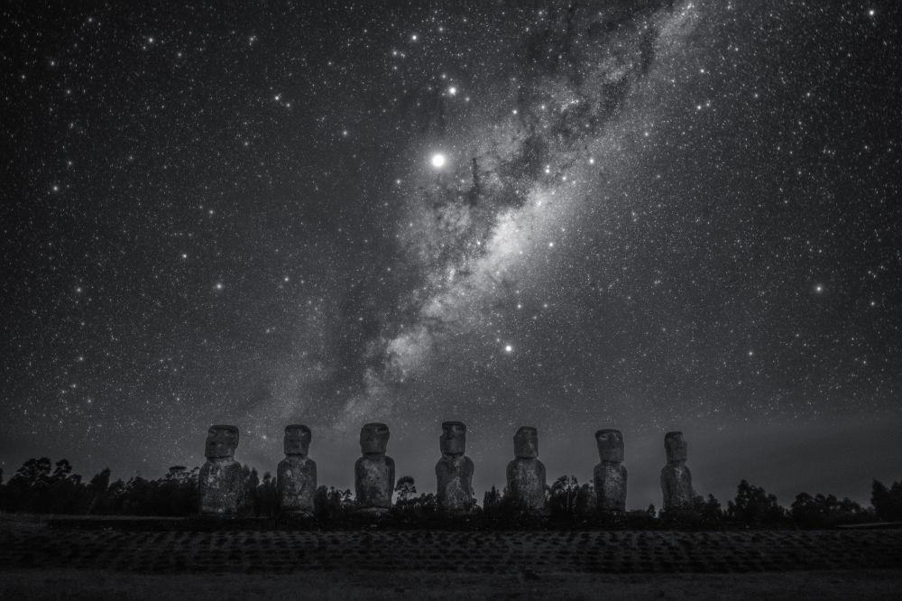 Китайский фотограф Дай Джианфенг снял, как выглядит Млечный путь с острова Пасхи в Чили