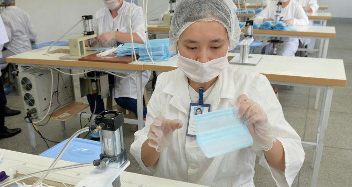 Сотрудники текстильной фабрики ОсОО Текстиль транс во время изготовления медицинских масок в Чуйской области. 16 июля 2020 года