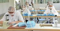 Сотрудники текстильной фабрики во время изготовления медицинских масок. Архивное фото