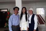 Получившая высший балл по ОРТ в 2020 году ученица Акмарал Нурбек кызы школы им. Мурзаева в селе Кабылан-Кол Алайского района с родителями