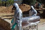 Рабочие перевозят гроб жертвы COVID-19. Архивное фото