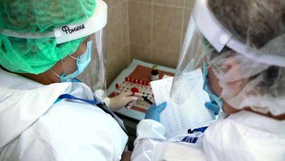 Медицинские работники складывают пробики. Архивное фото