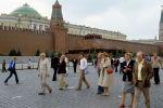 Гости XXII Олимпийских игр - туристы из ФРГ на Красной площади. Архивное фото
