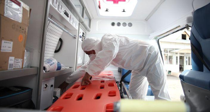 Медик на вручении новых машин скорой помощи для Ошской городской службы