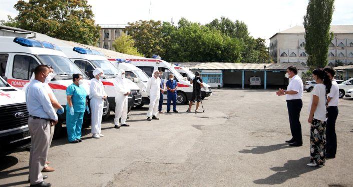 Мэр Оша Таалайбек Сарыбашов на вручении новых машин скорой помощи для Ошской городской службы