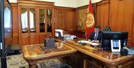 Экс-президент Кыргызской Республики Сооронбай Жээнбеков в своем кабинете. Архивное фото