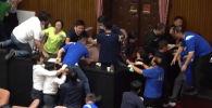 В тайваньском парламенте депутаты устроили войну. Оппозиция забросала провластных водяными бомбами, а затем устроила драку.