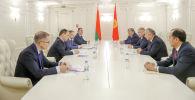 Премьер-министр Кыргызской Республики Кубатбек Боронов и премьер-министр Республики Беларусь Роман Головченко во время встречи для двустороннего сотрудничества.