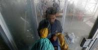 Карачиде медик коронавирус аныктоочу тест өткөрүүдө. Архивдик сүрөт