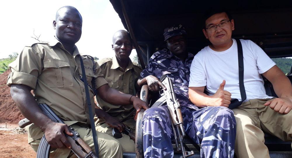 Геолог Алмаз Чолпонкулов с полицейскими Уганды