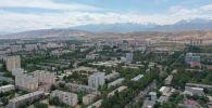 Вид на многоэтажные дома в микрорайонах в Бишкеке. Архивное фото