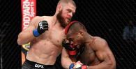Боец UFC из Кыргызстана Рафаэль Физиев во время боя с Марком Диакизе из Демократической Республики Конго