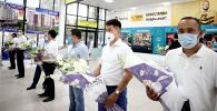 Москвадан келген 15 медикти Ош шаары салтанаттуу тосуп алды