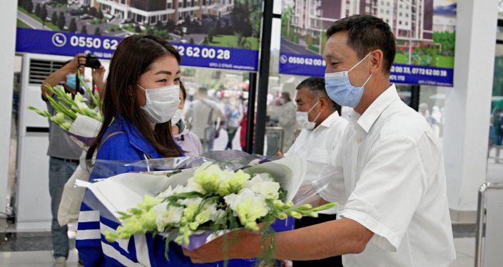 В международном аэропорту города Ош состоялась встреча 15 медработников. 18 июля 2020 года