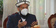 Кыргызстандын муфтийи Максатбек ажы Токтомушев каза болгон ыктыярчы-медик Адинай Мырзабекованын үй-бүлөсүнөн кабар алды