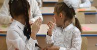 Ученики во время урока. Архивное фото