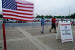 Избиратели прибывают на избирательный участок в день первичных выборов в Луисвилле