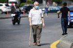 Мужчина в медицинской маске идет по улице. Архивное фото