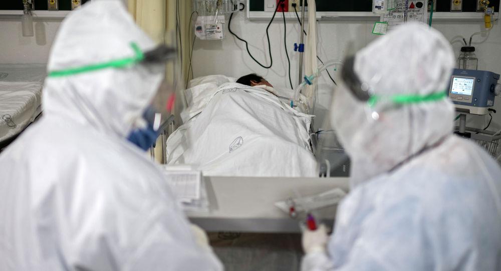 Медицинские работники готовятся к обследованию пациента с COVID-19. Архивное фото