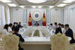 Президент КР Сооронбай Жээнбеков на встрече с волонтерами, оказывающими посильное содействие в борьбе с коронавирусной инфекцией
