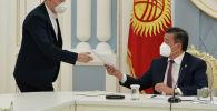 Президент Сооронбай Жээнбеков коронавируска каршы күрөшүүгө көмөктөшүп жаткан ыктыярчылар, жарандык активисттер менен жолукту